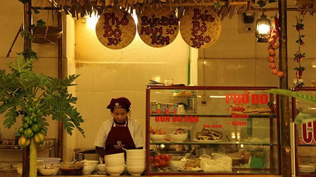 Người bán hàng trong khu ẩm thực truyền thống