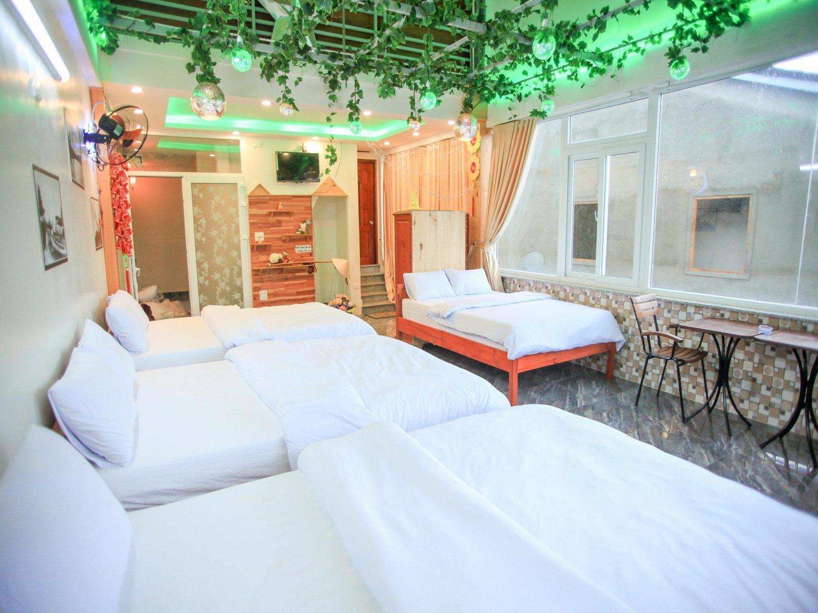 Phòng 4 nam 4 nữ khách sạn hoàng phong