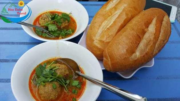 Bánh mì xíu mại món ăn sáng nổi tiếng Đà Lạt